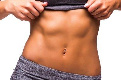 En flot og veltrænet mave med maveøvelser