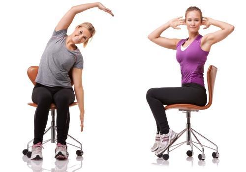 Gode kontorøvelser på en siddebold eller en stol
